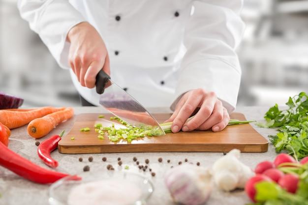 Шеф-повар приготовление пищи кухня ресторан резка повар Premium Фотографии