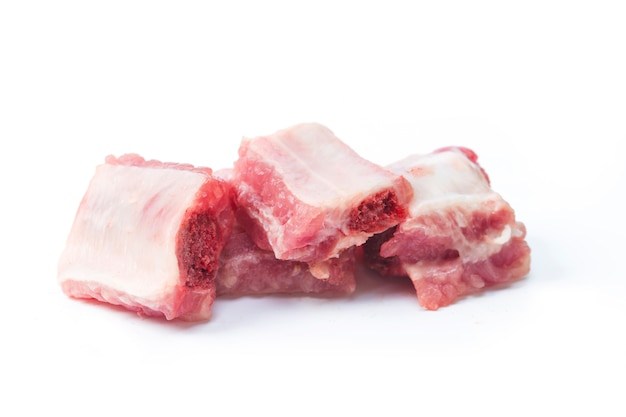 Свиные ребрышки, нарезанные на белом Бесплатные Фотографии