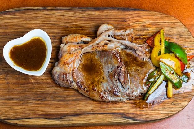 野菜や肉汁と肉のトップビュー 無料写真