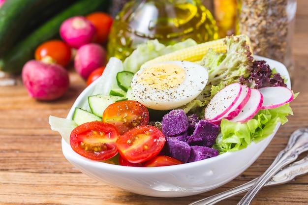 Салат из смешанного шеф-повара. салат из смешанного шеф-повара. авокадо Бесплатные Фотографии