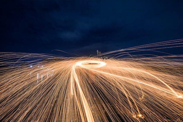 夜の火花の輪を作った男のシルエット 無料写真