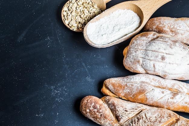 木製のテーブルの背景に焼いたパンの盛り合わせ 無料写真
