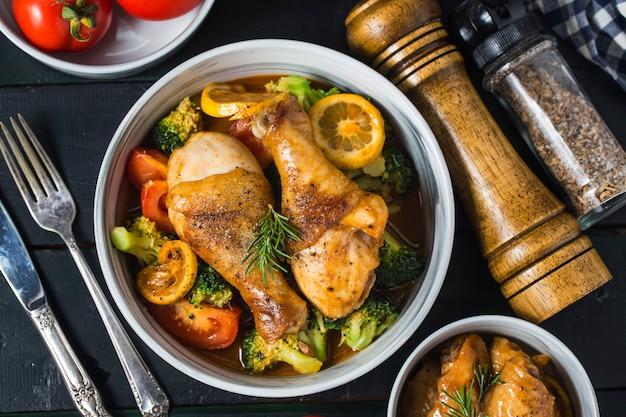 野菜とハーブのローストチキンの足 Premium写真