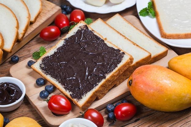 フルーツとパン、ボリュームたっぷりの朝食チョコレートソースパン Premium写真