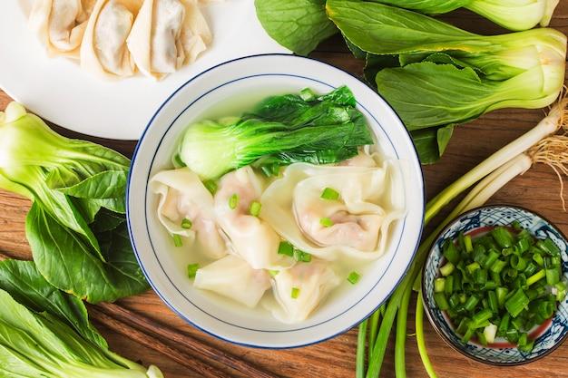 クリアスープで中国のワンタン団子 Premium写真