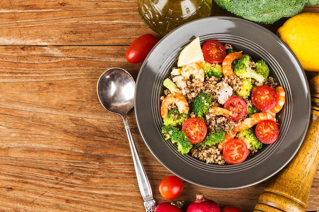 Гречневый салат с креветками из куриной грудки с брокколи, Premium Фотографии
