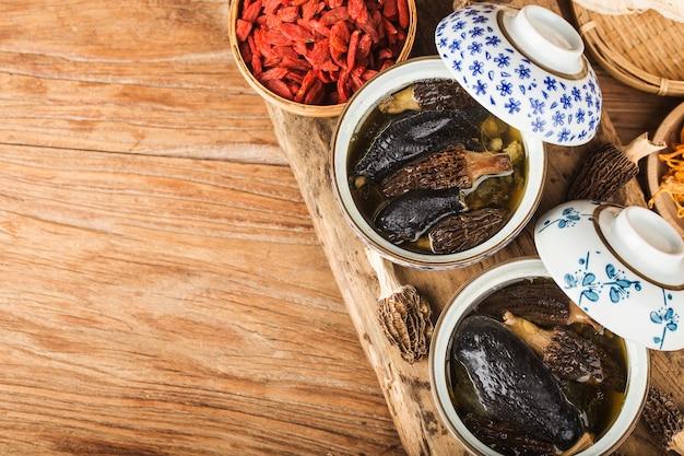 鶏肉の煮込み、モレル中華料理 Premium写真