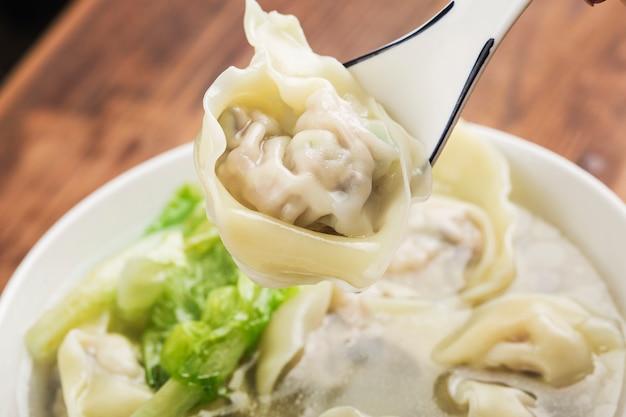 クリアスープの中国のワンタン団子 Premium写真