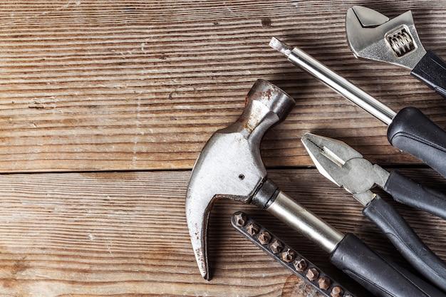 多くの木の板のためのツール。 無料写真