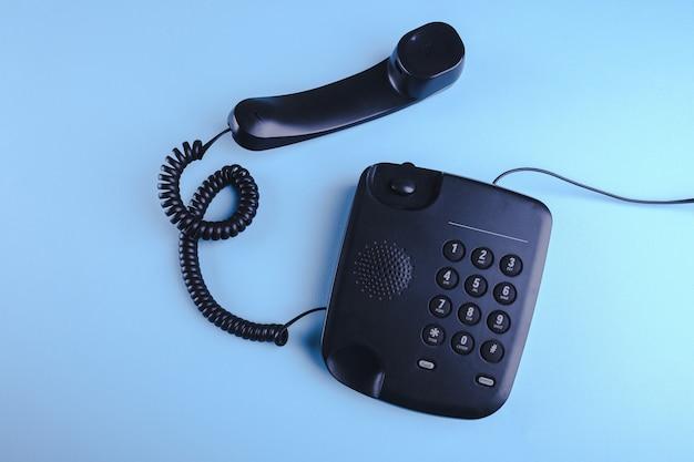 青い表面に昔ながらの電話 Premium写真