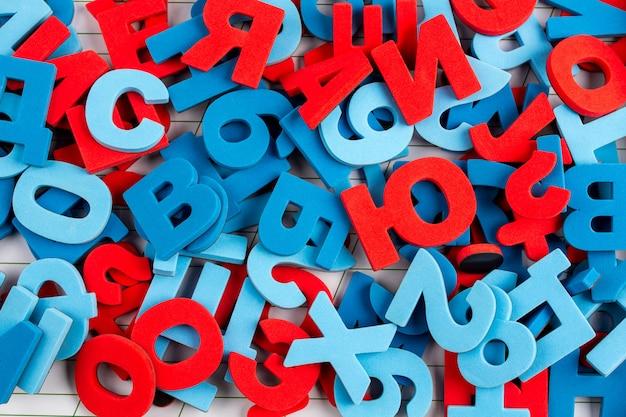 カラフルな文字と数字のアルファベットの背景 Premium写真