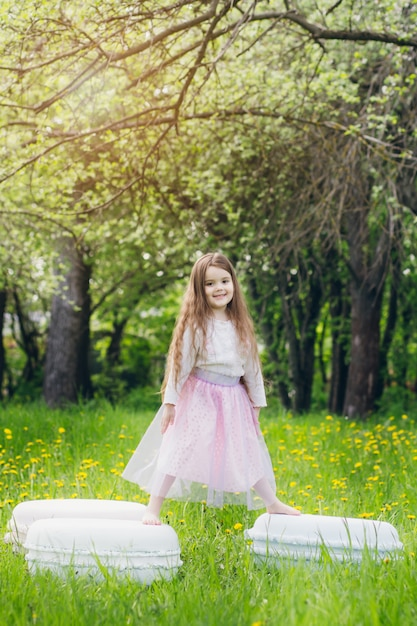 Мама и дочка гуляют весной, цветут яблони Premium Фотографии