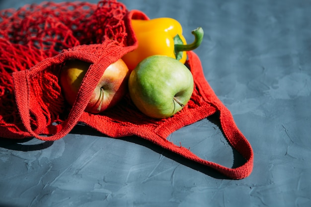 Красная сумка для покупок с фруктами и овощами Premium Фотографии