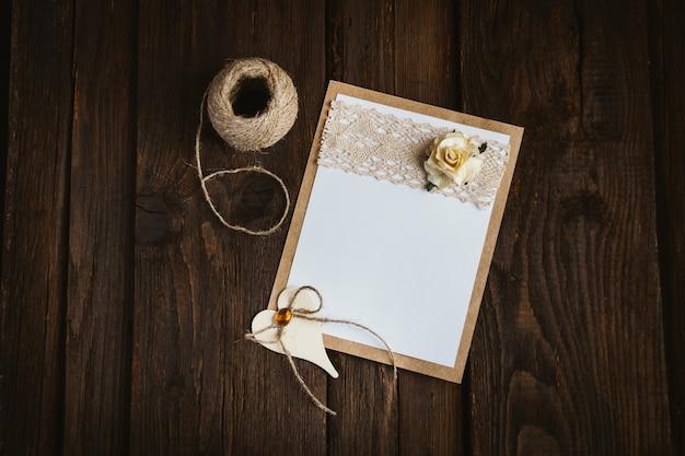 花と段ボールカード Premium写真