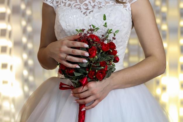 花嫁の手でクラレトロスからの素晴らしいウェディングブーケ Premium写真
