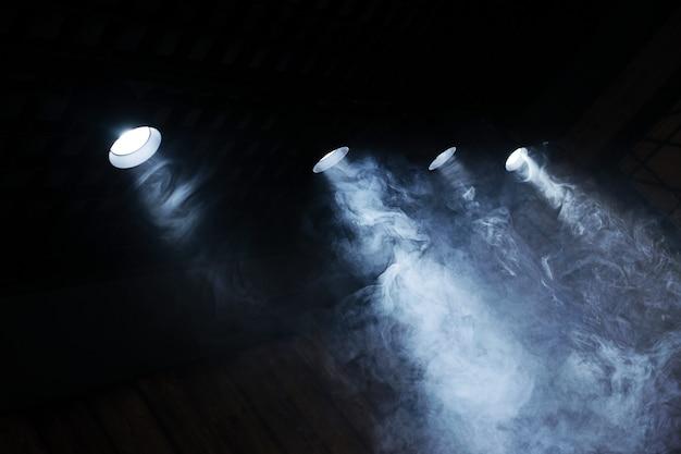 Лампы света с облаком дыма. крупный план. Premium Фотографии
