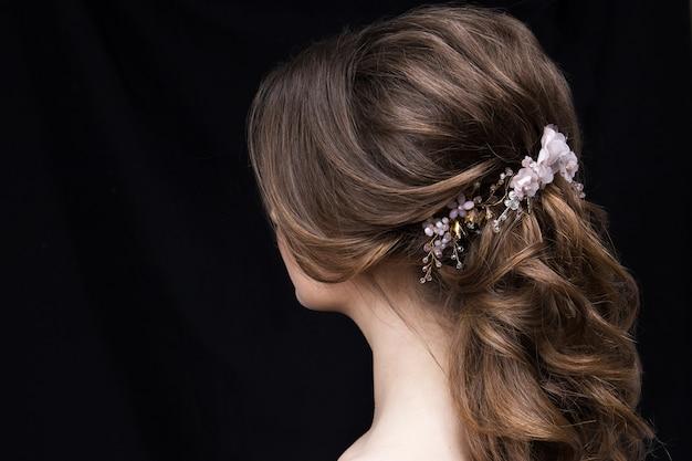 結婚式のヘアスタイルを持つ魅力的な若い女性の肖像画。 Premium写真