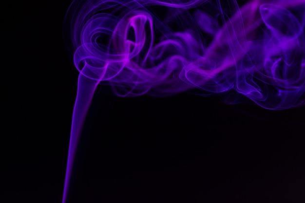 黒の背景にカラフルな煙のクローズアップ Premium写真