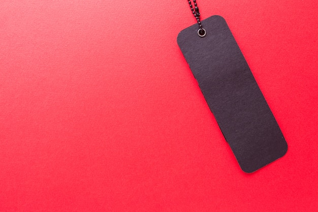孤立した赤の背景に黒のラベル Premium写真