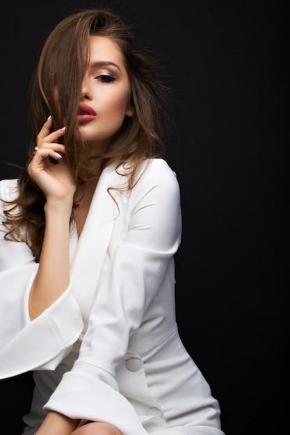 白いドレスの豪華なブルネット Premium写真