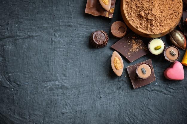 チョコレートとココアパウダーの盛り合わせ Premium写真