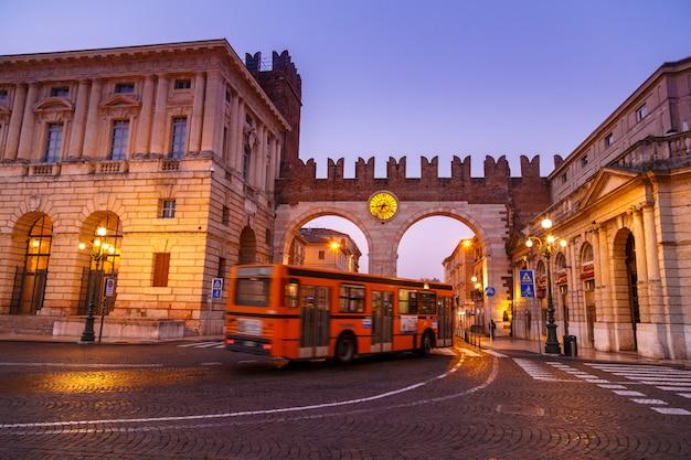 Утро на улицах вероны возле колизея арена ди верона. италия. Premium Фотографии