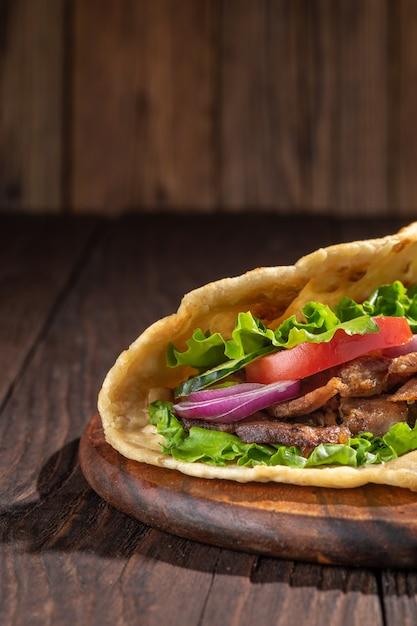 鶏肉のバースピットロースト肉のおいしい新鮮な自家製サンドイッチ Premium写真