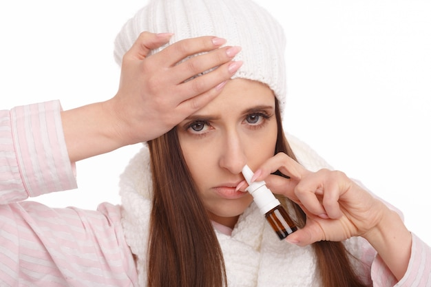 鼻スプレーを保持している若い女性のクローズアップ 無料写真