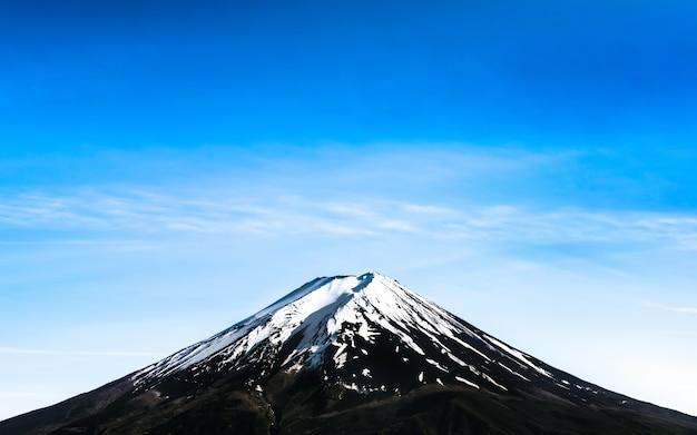 雪の帽子の青い空と富士山の美しい風景。 Premium写真