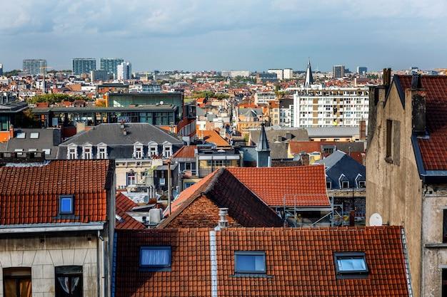 ブリュッセルの家の古い屋根。上からの美しい眺め。 Premium写真