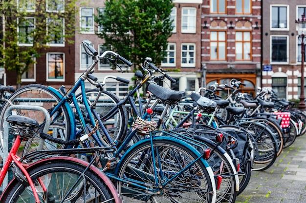 アムステルダムの駐輪場。市内で人気のある環境に優しい交通手段。 Premium写真