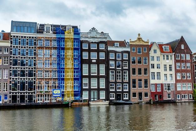 水の上の家。美しい街の風景。 Premium写真