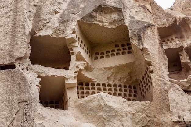 カッパドキアの谷の岩を洞窟します。閉じる。観光と旅行。 Premium写真