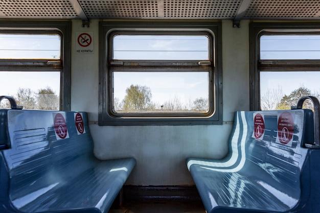 Маркировка мест в поезде для поддержания социальной дистанции на транспорте во время пандемии коронавируса. Premium Фотографии