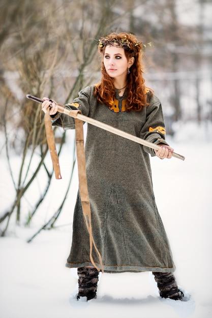 バイキング服で美しい女性 Premium写真