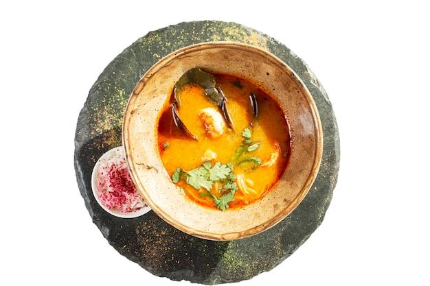 プレートでシーフードと食欲をそそるトムヤムスープ Premium写真