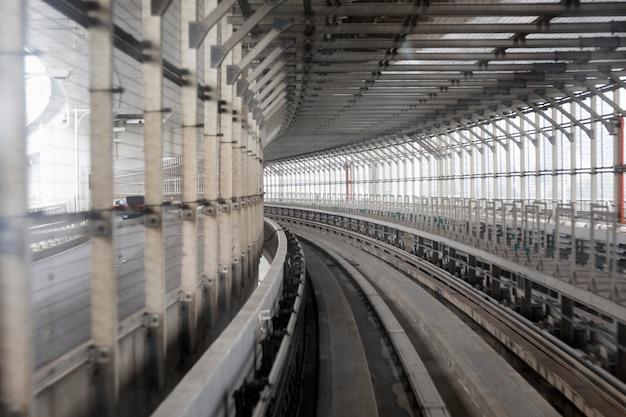 東京の鉄道トンネル。パースペクティブ。 Premium写真