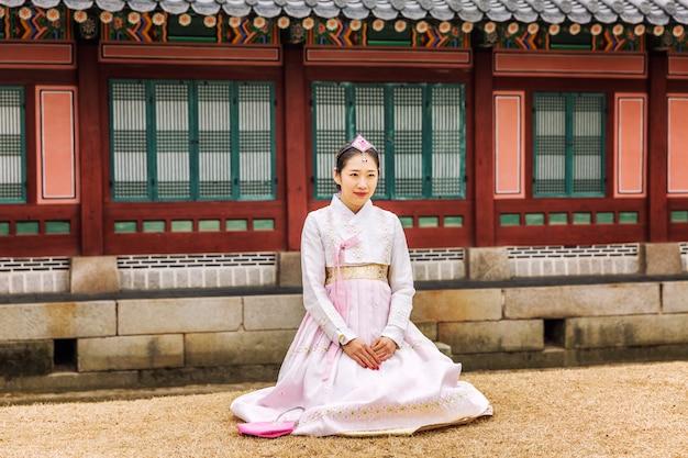 韓服の韓国人の女の子が美しい公園を歩いています。 Premium写真