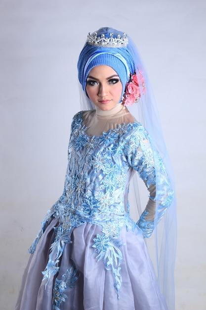 Мусульманская женская свадебный макияж и платье Premium Фотографии