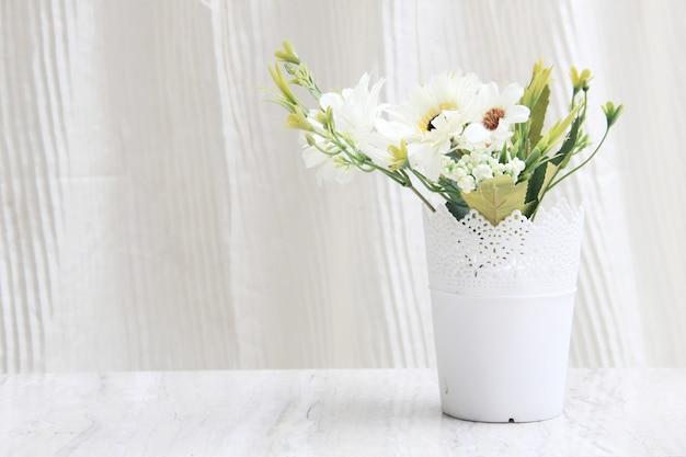 あなたの家やオフィスのテーブルを強化するための装飾的な鉢や花 Premium写真