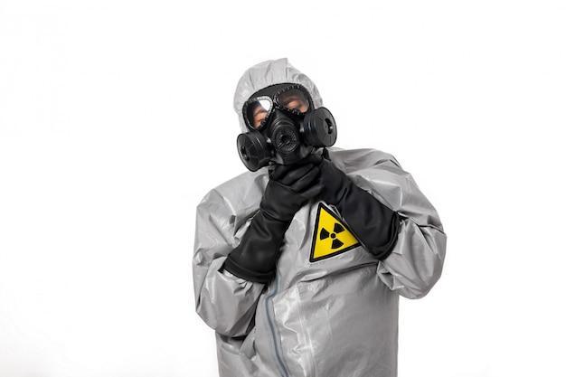 Мужчина в сером защитном костюме Premium Фотографии