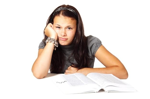 Узнать колледжа книгу девушка скучает образования женщин Бесплатные Фотографии