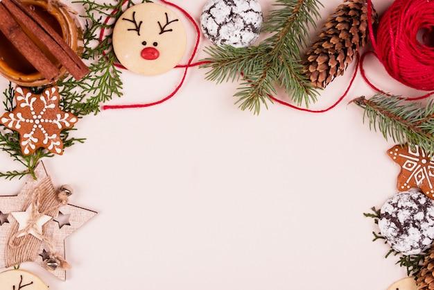 Новый контент, печенье, елки, игрушки, декор, фон. плоская планировка Premium Фотографии