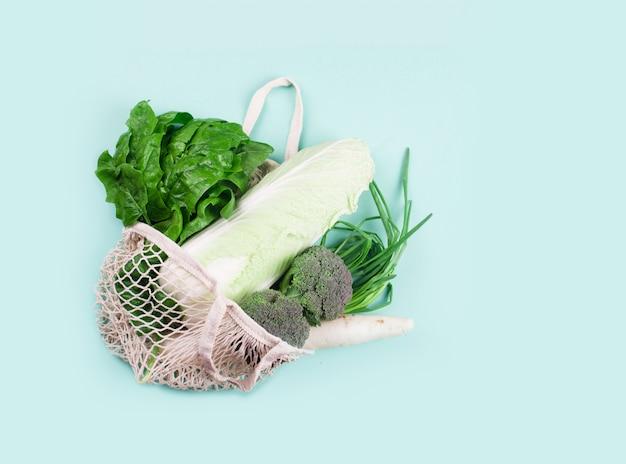 Экологичная бежевая сумка с виноградом на белом фоне. струнная сумка с фруктами. ноль отходов, нет пластиковой концепции. Premium Фотографии
