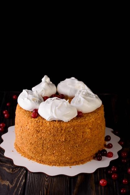Процесс приготовления десертов. пирожные с кремом, кексы, печенье, продукты. кухня и кондитер делает десерты. Premium Фотографии