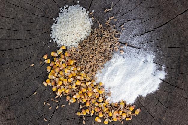 木製の背景に穀物の食品ミックス 無料写真