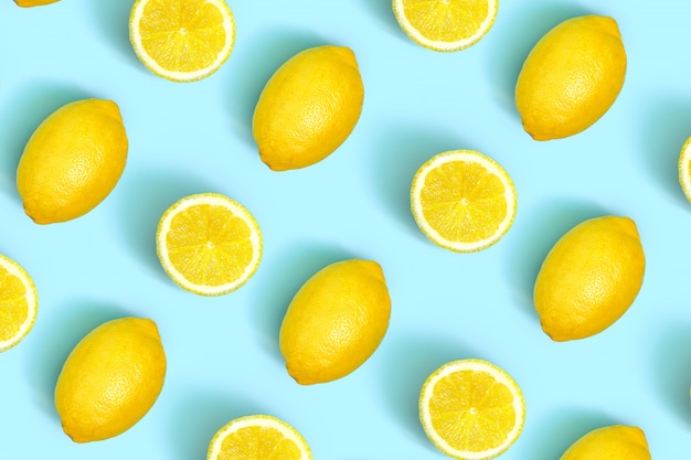 色の新鮮なレモンスライスのカラフルなフルーツパターン。レモンスライスのトップビュー。 Premium写真