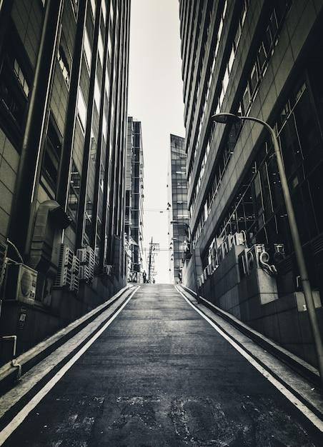 Темно-страшный узкий переулок Premium Фотографии