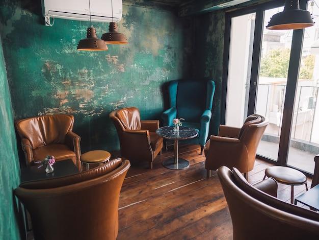 茶色の椅子と青い壁とビンテージインテリア Premium写真