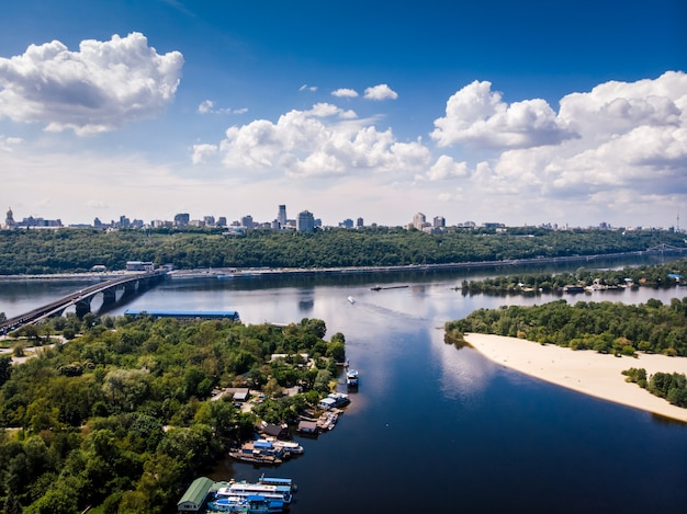 ウクライナの首都の空撮。市内の美しい川。自然、ビーチ、橋 Premium写真